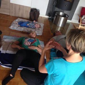 Superfit Mor hjælper mødregruppen med at finde mavemusklerne og få flad mave efter fødslen