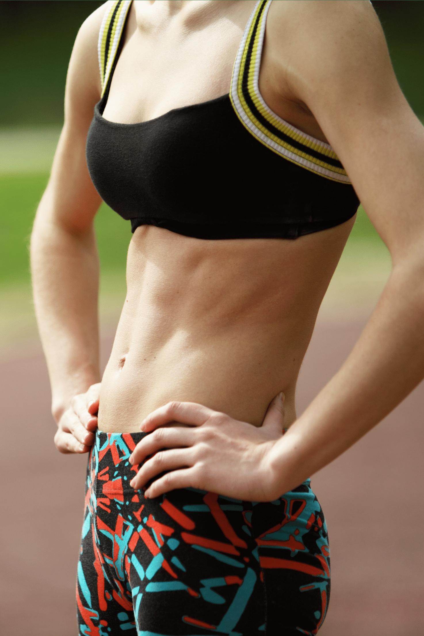 kvinde med flad mave poserer