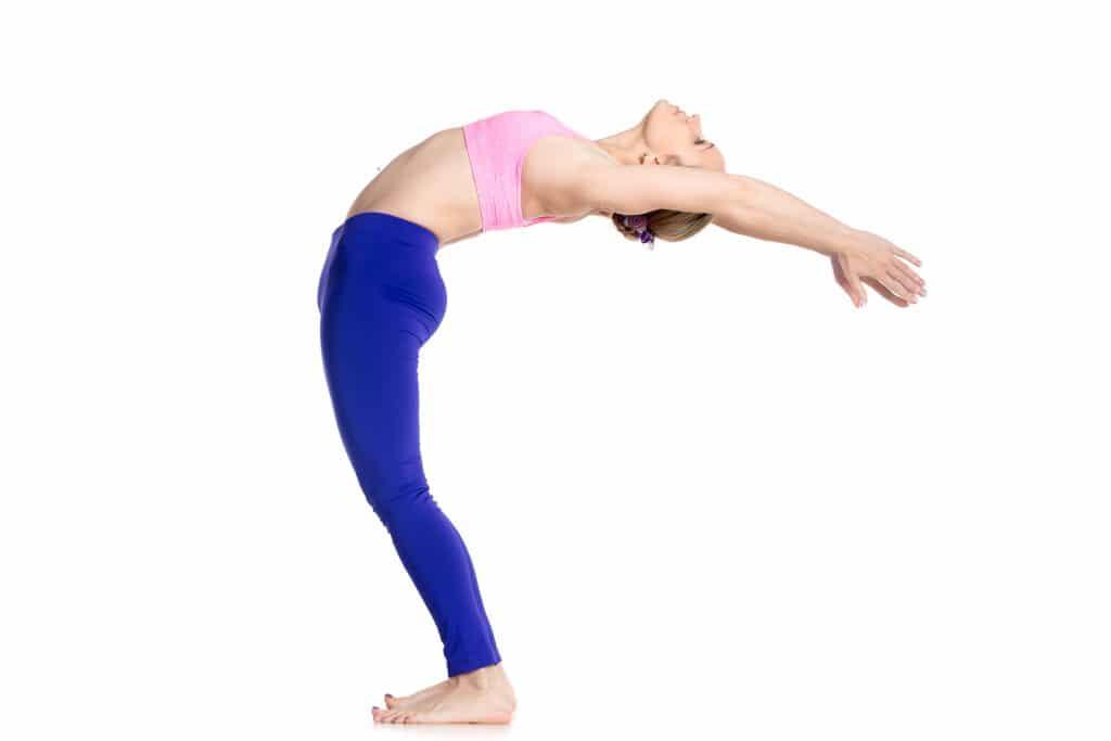 Kvinde bøjer kroppen bagud og risikerer at skade sine mavemuskler og rectus diastase.