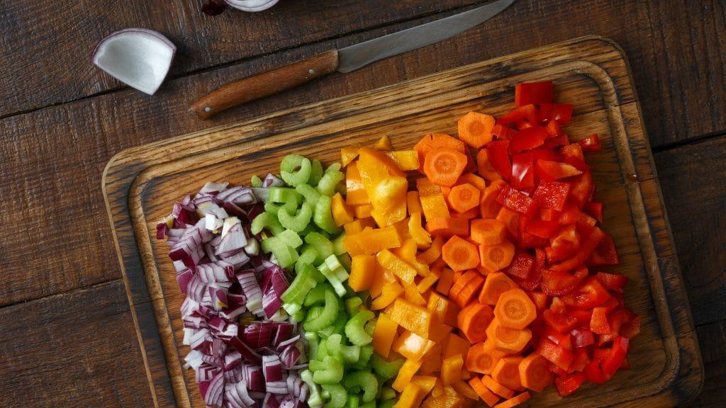 Skærebræt fuldt af foodprepped mad og grøntsager, der er holdbare og sunde