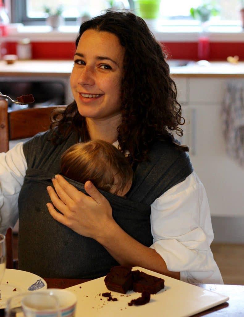Mor og baby hygge ved kaffebordet med kage bagt med stevia.