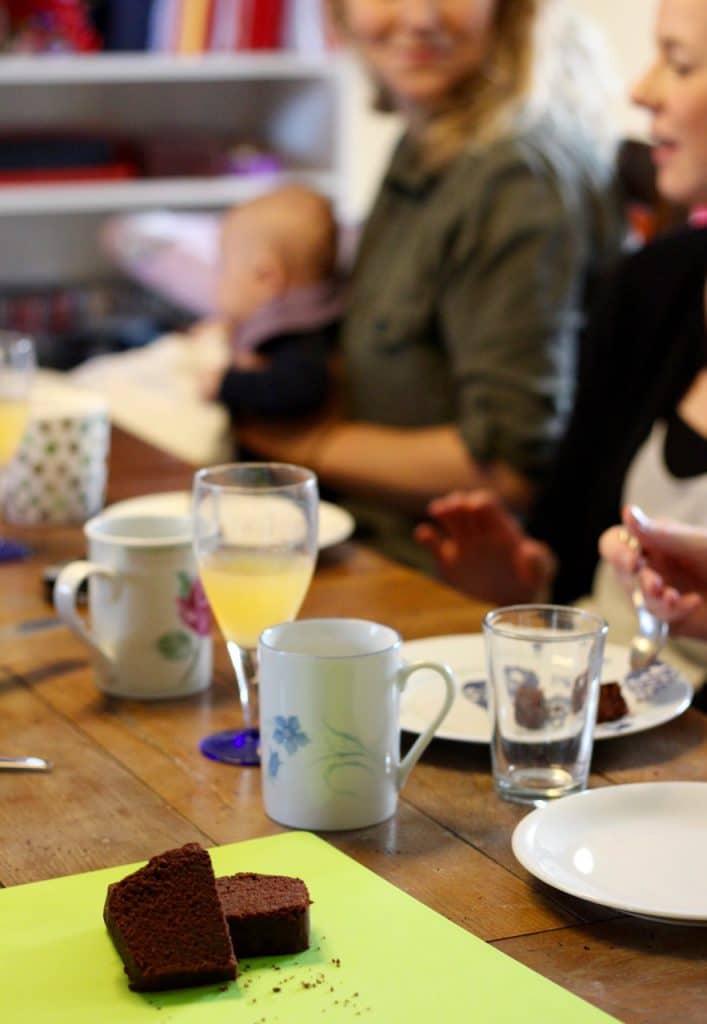 Mødregruppe tester kage bagt med stevia og sukker.