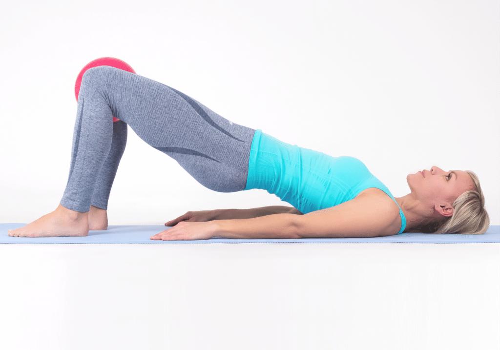 Bækkenløft med bold mellem knæ giver bedre aktivering af bækkenbunden