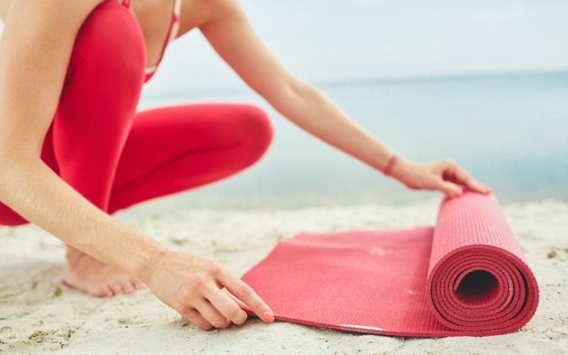 Kvinde ruller træningsmåtte ud og skal lave maveøvelser fra Superfit Mor