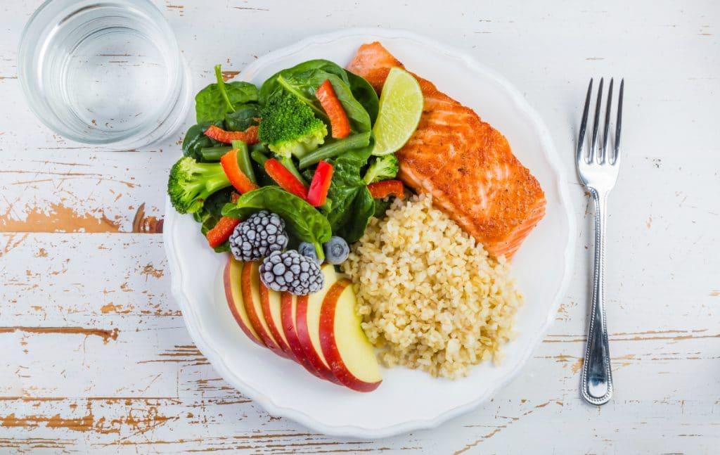Tallerken med sund mad, der viser hvordan man får vægttab og bliver mæt på mindre